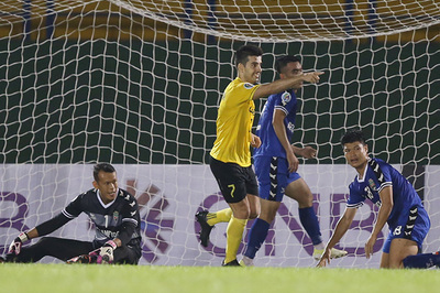 Tấn Trường mắc lỗi ngớ ngẩn, Bình Dương thua đau ở AFC Cup