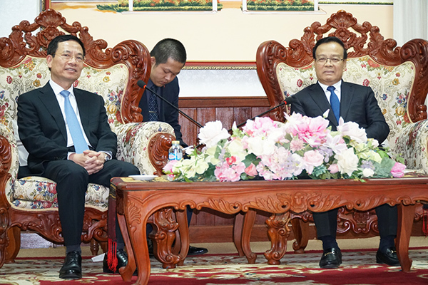 Bộ trưởng Nguyễn Mạnh Hùng hội kiến Phó Thủ tướng Lào
