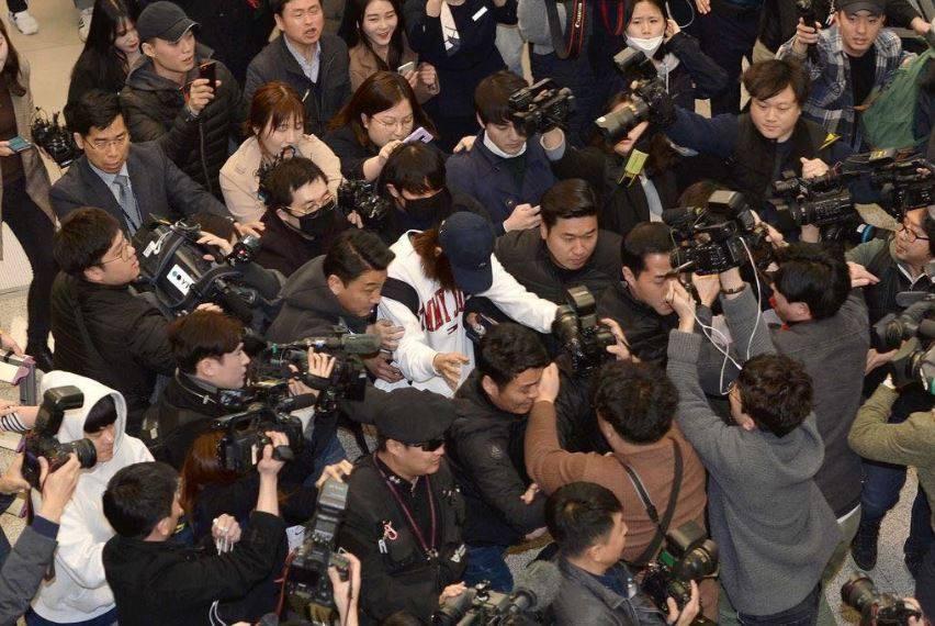Phóng viên phẫn nộ túm tóc sao Hàn tại sân bay vì quay clip đồi trụy