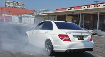 Bố dạy con trai 9 tuổi lái siêu xe Mercedes-Benz C63 AMG  gây choáng