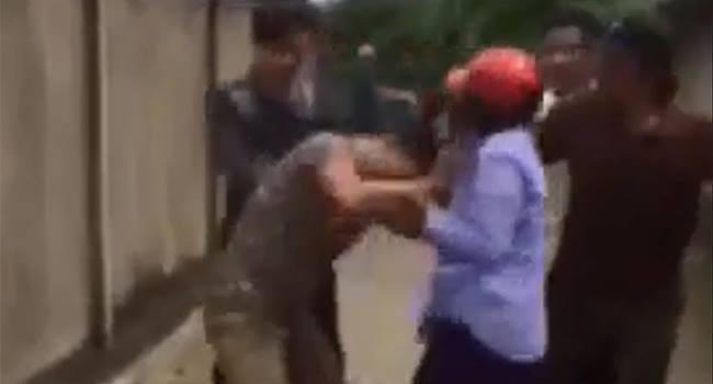 Cho trẻ đi lạc ăn cơm, người phụ nữ bị túm tóc đánh hội đồng