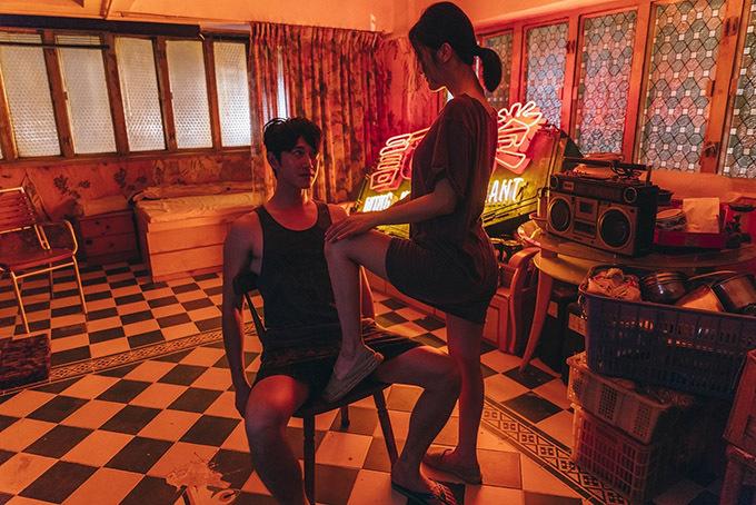 """Góp mặt trong 'Phi phân thục nữ' được xem là kế hoạch nghệ thuậtđầy táo bạo của nữ ca sĩ người Hong Kong. Bên cạnh những cảnh hôn môi, va chạm thể xác cùng bạn diễn, cô còn thực hiện cảnh thủ dâm trong bồn tắm. Những nội dung này được chiếu trên đoạn trailer vấp phải phản ứng gay gắt vì vấn đề """"thuần phong mỹ tục""""."""