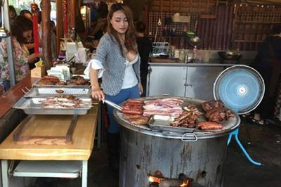 """Cô gái bán thịt nướng bất ngờ nổi khắp thế giới nhờ vòng một """"khủng"""""""