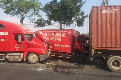 Ô tô tải bẹp dúm sau tai nạn liên hoàn, 2 người nhập viện