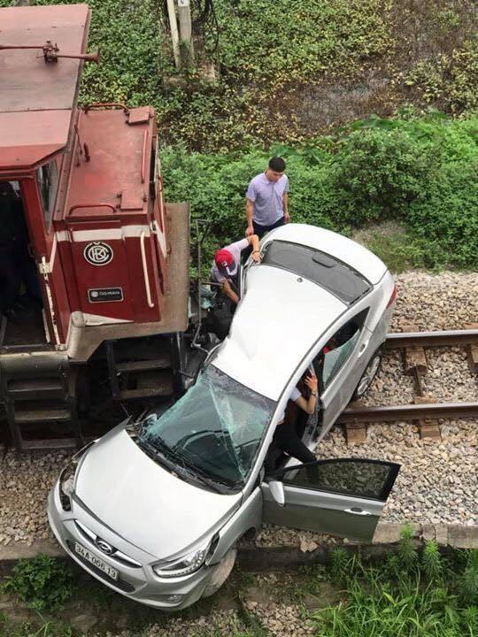 Lại tai nạn ở Hải Dương: Tàu hỏa húc văng ô tô, 2 người chết