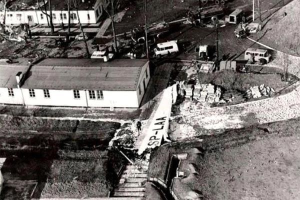 Ngày này năm xưa: Thảm kịch rơi máy bay kinh hoàng ở Ba Lan
