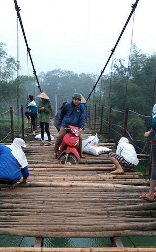 Liều qua cầu treo 'tử thần', xe máy liên tiếp rơi xuống sông sâu