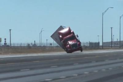 Gió giật mạnh lật đổ xe đầu kéo trên đường cao tốc