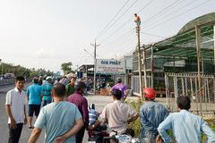 Nghẹt thở giải cứu thanh niên nghi ngáo đá 'làm xiếc' trên cột điện