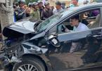 Ngồi trong ô tô đầu nát bét sau tai nạn liên hoàn, nam thanh niên vẫn lắc lư theo nhạc
