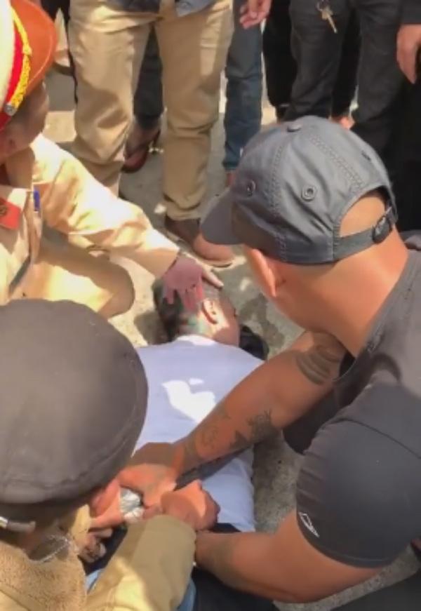 Thanh niên ngáo đá tông xe liên hoàn, cắn công an là Việt kiều Mỹ