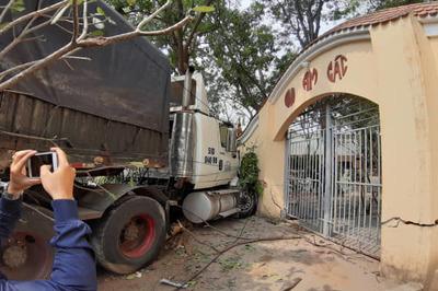 Kinh hoàng xe container càn quét cổng chùa, nhiều người hoảng loạn