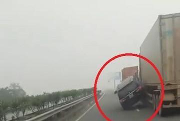 Ô tô chạy như ngủ gục va vào container lao thẳng lên dải phân cách