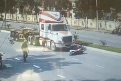 Thần chết ngủ quên khi người lái xe máy ẩu cuốn vào gầm container