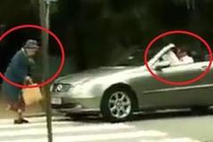 Tài xế xe sang bóp còi vô tội vạ, cụ bà  'dằn mặt' thẳng tay