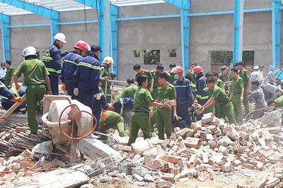 Bới đống đổ nát tìm nạn nhân vụ sập xưởng may, 6 người chết