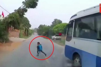 Chạy qua đường 'như cơn gió', bé trai thoát chết khó tin trước đầu xe tải