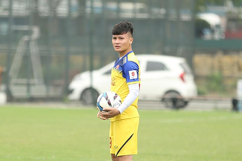 Bác sĩ U23 Việt Nam báo tin vui về Quang Hải