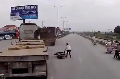 Container đánh lái gấp để cứu 'ninja' sang đường ẩu
