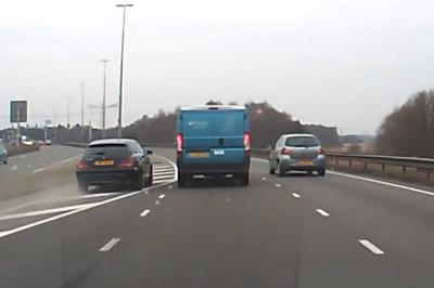 Mercedes vượt nguy hiểm, gây tai nạn cho 2 xe khác