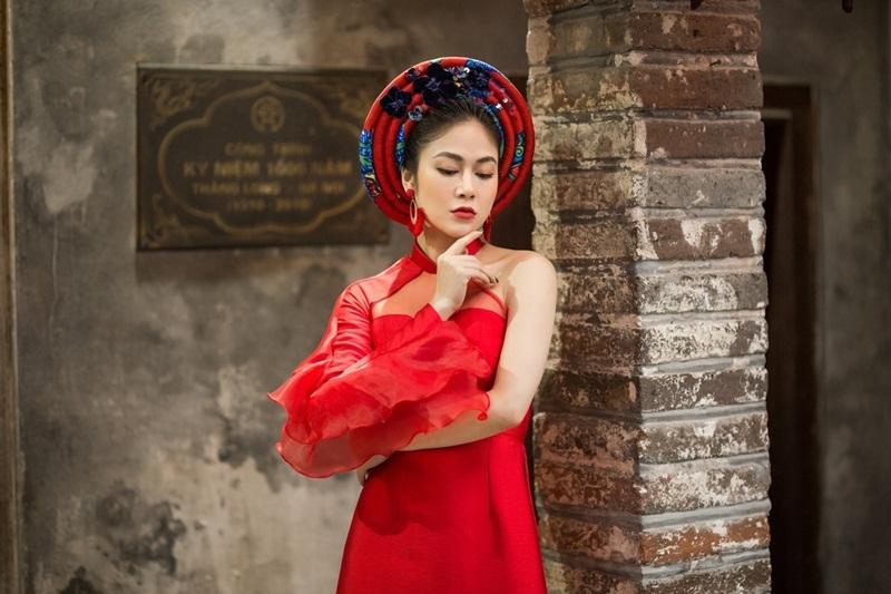 Hoa hậu Tuyết Nga dạo phố với áo dài
