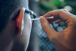 Dùng tăm bông ngoáy tai, người đàn ông bị nhiễm trùng não