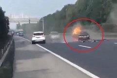 Dừng xe trên cao tốc, ôtô bị đâm bốc cháy