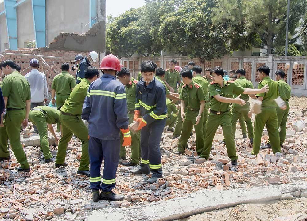 Tường sập, 6 người chết: Thứ trưởng Xây dựng yêu cầu phong tỏa tài liệu