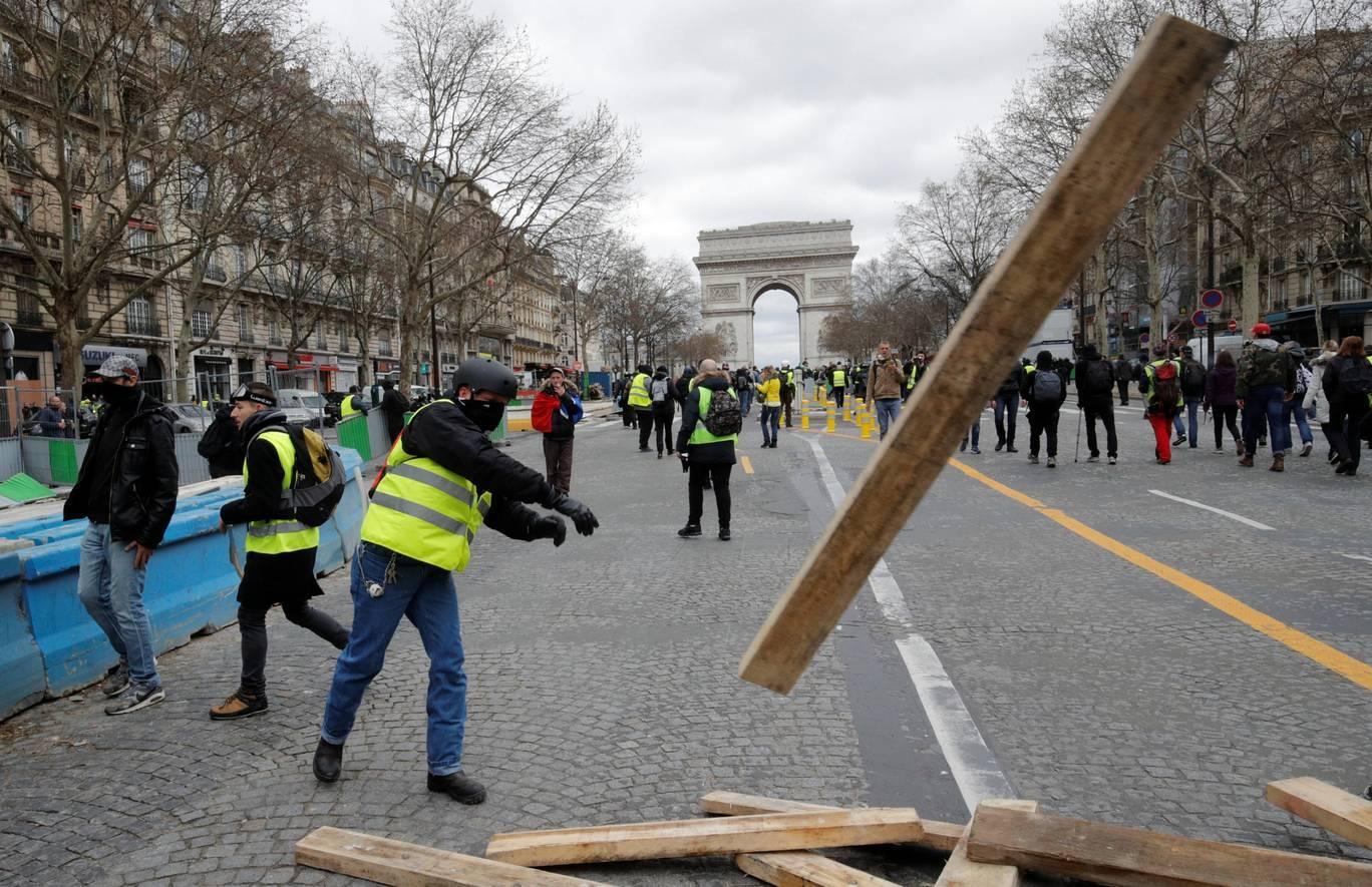 Người biểu tình cướp phá cửa hàng ở trung tâm Paris