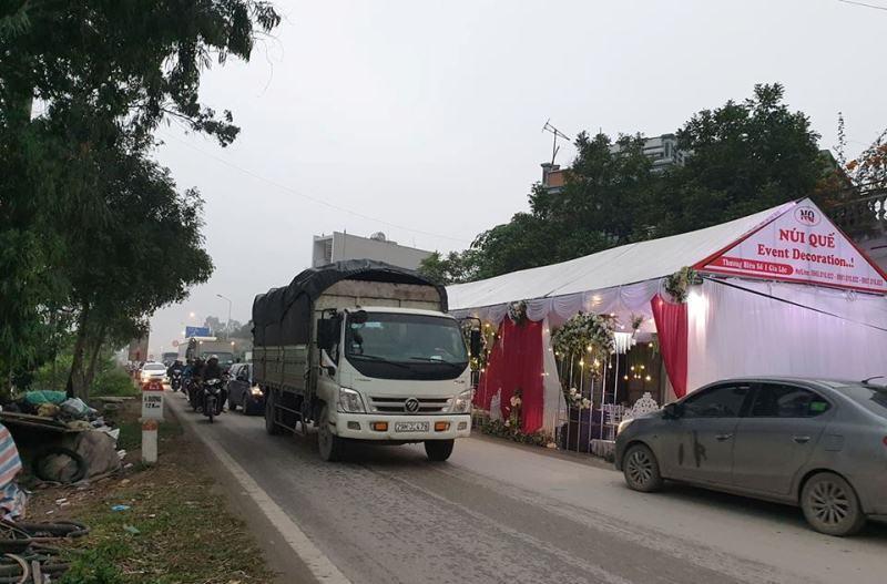 Rạp cưới chình ình giữa quốc lộ, ngàn xe vun vút lao qua