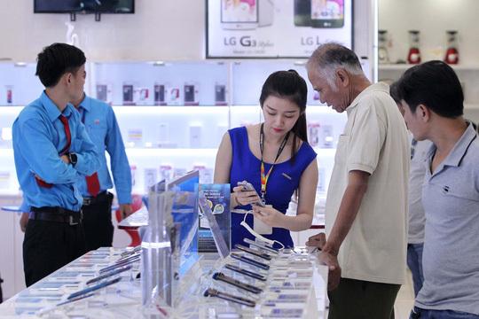 Nhiều người dùng chuyển sang chọn các mẫu smartphone cao cấp của các hãng khác thay cho iPhone 8. Ảnh: Hoàng Triều.