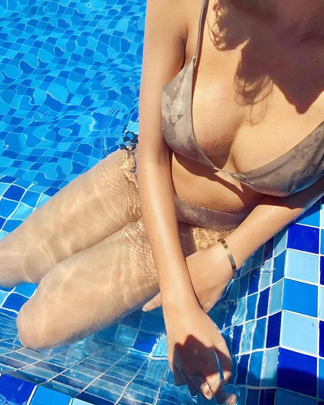 Kỳ Duyên khoe ảnh bikini táo bạo, dính như sam với Minh Triệu