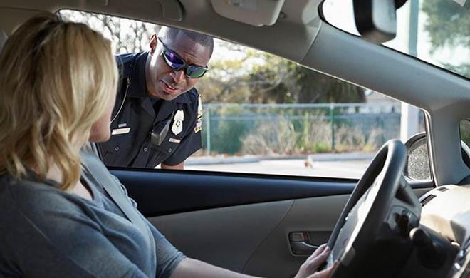 Tài xế bị phạt nặng vì giơ 'ngón tay thối' về phía cảnh sát
