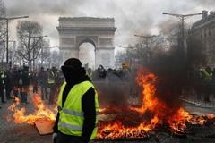 Người biểu tình áo vàng ném đá cảnh sát, phóng hỏa nhiều nơi