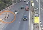 3 thiếu niên lao xe đạp vun vút trên cao tốc TP.HCM - Long Thành