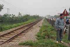 Cụ ông 80 tuổi chở vợ băng qua đường sắt bị tàu đâm, 1 người chết