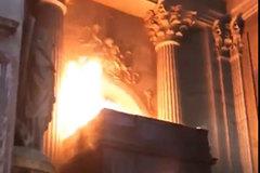 Nhà thờ St. Sulpice ở Paris bốc cháy ngùn ngụt
