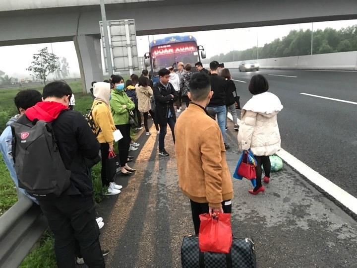 Xe khách cháy lốp liên tiếp, cả chục người tê liệt trên cao tốc