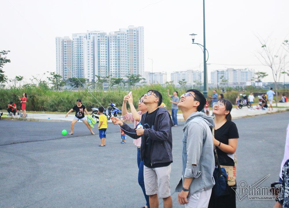Trăm người làm điều 'lạ lùng' ngay cạnh khu nhà giàu Sài Gòn