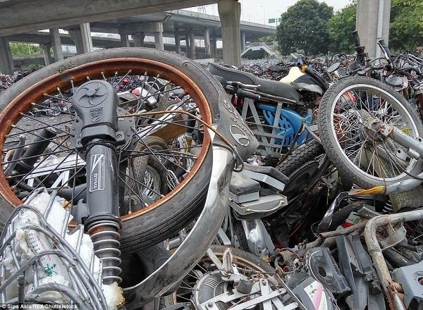 Hết thời tung hoành, xe máy chất đống dưới chân cầu