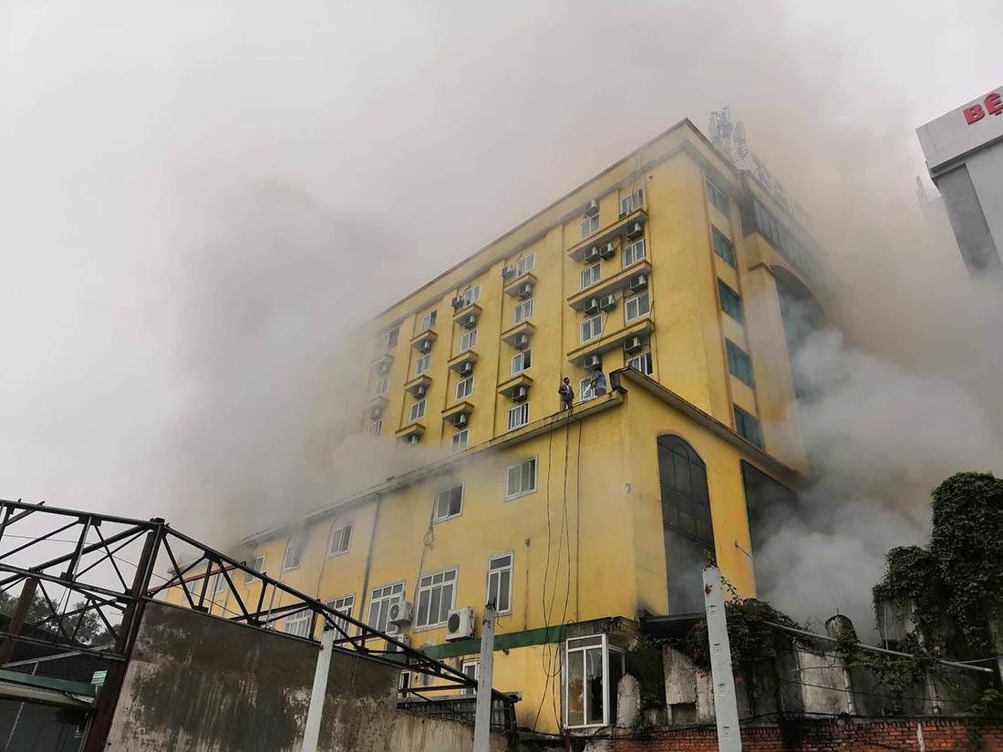 Cháy quán karaoke lớn nhất TP Vinh, nữ nhân viên chết ở nhà vệ sinh