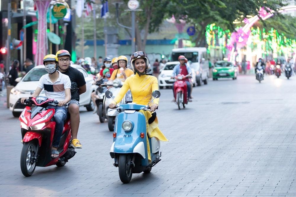 H'Hen Niê diện áo dài, tự lái xe máy đến sự kiện