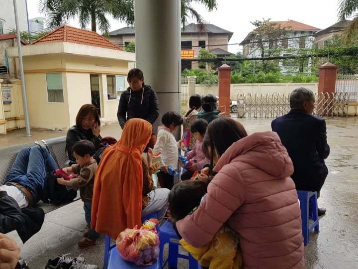 700 gia đình đội mưa, xếp hàng từ 3h sáng chờ xét nghiệm sán lợn