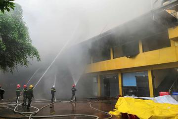 Hiện trường quán karaoke cháy mù mịt, nữ nhân viên chết trong nhà vệ sinh