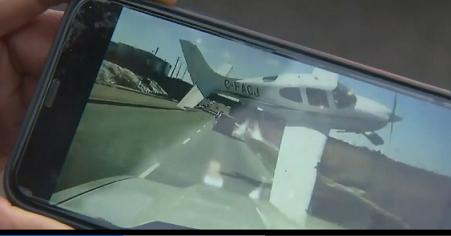 máy bay suýt đâm ô tô