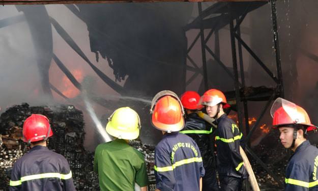 Khói lửa cao hàng chục mét bao trùm công ty sản xuất đèn cầy