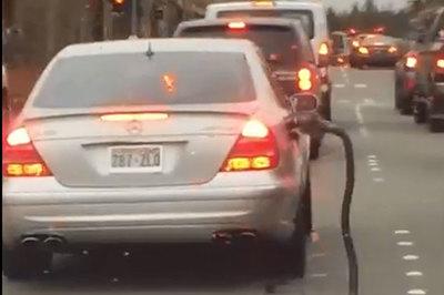Tài xế đãng trí lái xe kéo theo vòi bơm xăng chạy khắp phố