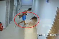 Người đàn ông cầm chổi quất lia lịa vào đầu cô gái ở hành lang chung cư gây phẫn nộ