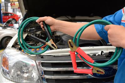 Không khởi động được xe vì ắc quy hết điện, phải làm sao?