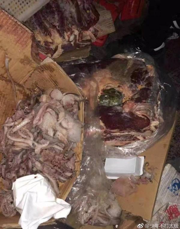 Con khó thở, cha mẹ phát hiện bếp trường đầy thịt mốc xanh